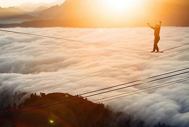 冒险者阿尔卑斯山顶挑战高空走钢丝
