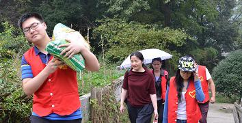 志愿者自备大米油冒雨慰问老兵
