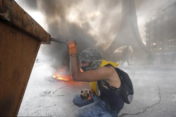 巴勒斯坦示威者与以士兵发生激烈冲突