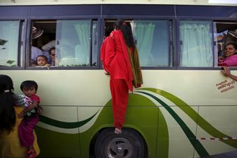 尼泊尔燃料危机 民众挤公交拼的是身手