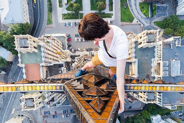 俄罗斯小伙156米高楼边缘惊险拍美景
