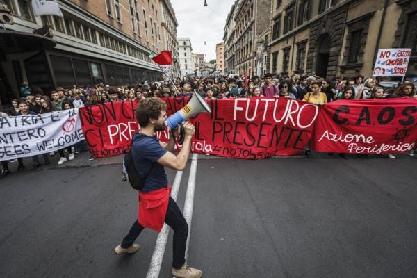 意大利上千名学生举行全国游行 反对教育改革