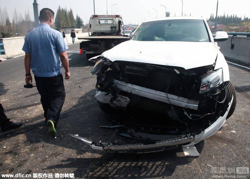 由于奥迪车急速变道,行驶在其后面的一辆轿车避让不及,再次与其高清图片