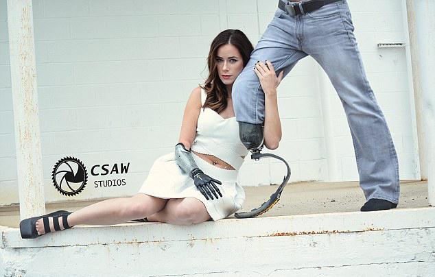 美缺右小臂模特与截肢退伍军人拍写真传递正能量