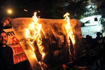 希腊民众焚烧土总统海报抗议土耳其爆炸
