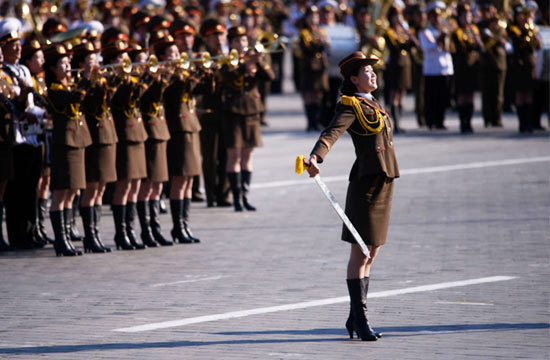 朝鲜阅兵现场女兵舞剑英姿飒爽