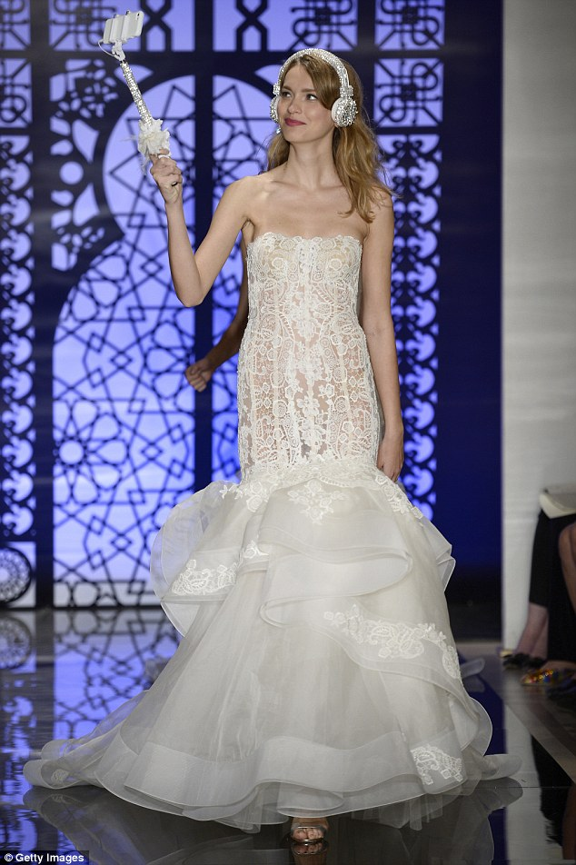 著名婚纱设计师推出新娘自拍杆