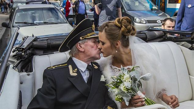 爷孙恋又来 俄罗斯84岁演员迎娶24岁女大学生