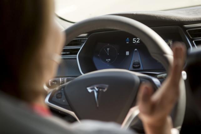 特斯拉发布自动驾驶系统 行驶中需手握方向盘