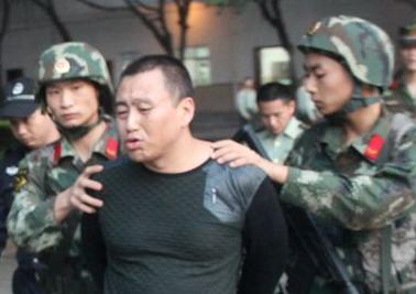 毒贩劫出租冲击机关大门 被武警当即制服(图)