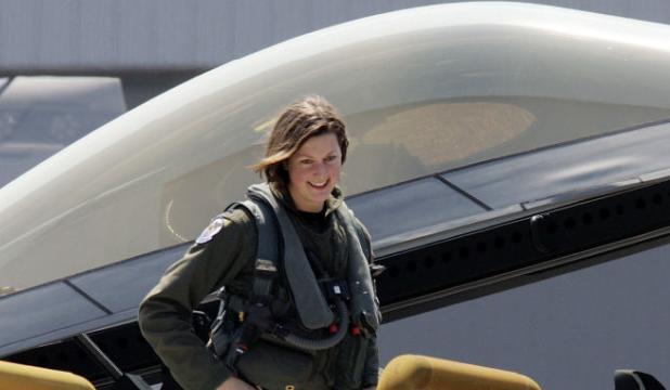 F-22战机的女飞行员究竟长啥样?