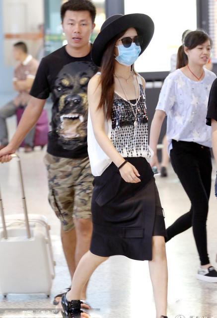 赵丽颖身材严实现身包裹穿吊带衫性感平坦·莱恩一样机场卢库莎拉玛和·图片