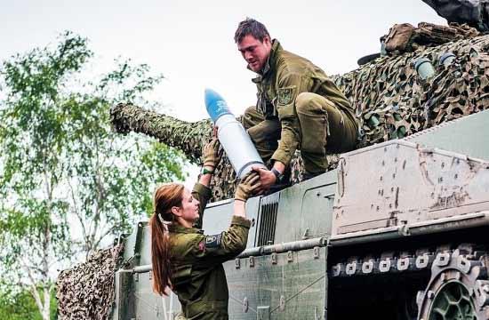 挪威彪悍女兵轻松扛起坦克炮弹