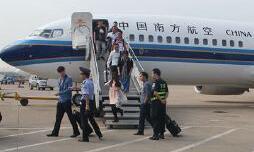 武汉机场航班遭炸弹威胁 武警公安150人出动