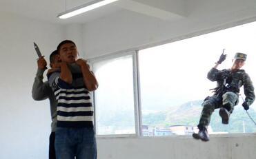 武警重庆飞檐走壁破窗救人质被誉警营蜘蛛侠