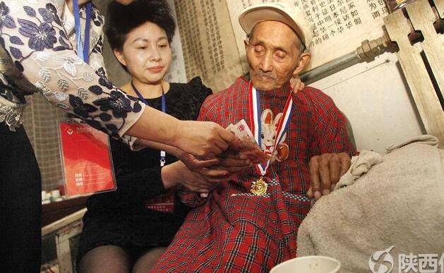 壹加壹公益为95岁抗战老兵送慰问金