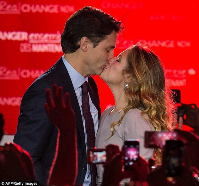 这是特鲁多获胜后与妻子拥吻庆祝.-43岁特鲁多登加拿大总理宝座