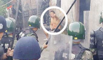 武警用4枚催泪弹并射击橡胶子弹擒获持刀男(图)