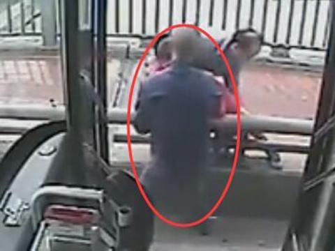 实拍公交司机眼疾手快 飞身救下跳桥女子