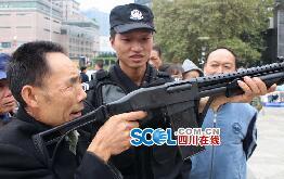 特警警营开放 老汉平生首次操真枪直呼过瘾(图)