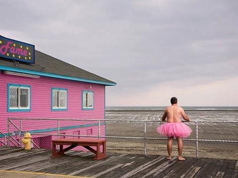泪奔!大叔穿粉色短裙拍照12年 博患癌妻子一笑