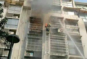 防盗窗打不开 消防员眼看母子倒在火中