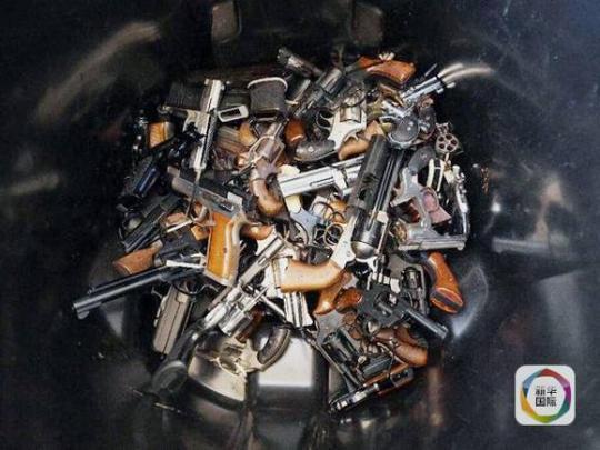 美国51岁男子私藏近万枪支 警方4辆拖车搬运