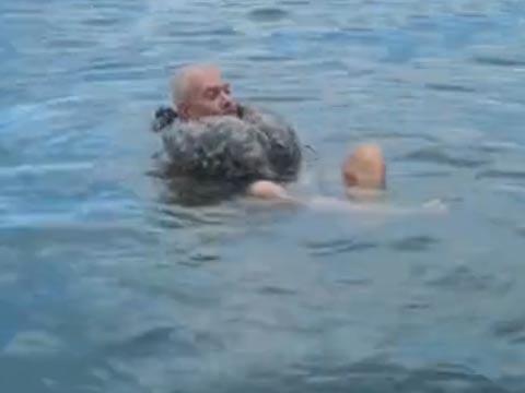 资深海军示范溺水时将长裤变成救生衣