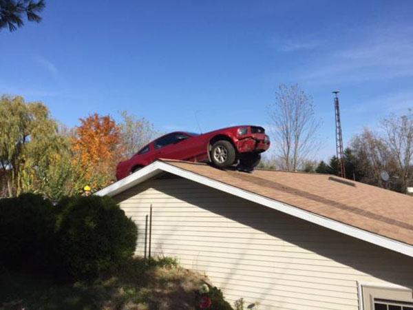 天外来客!美老太家屋顶意外飞来汽车