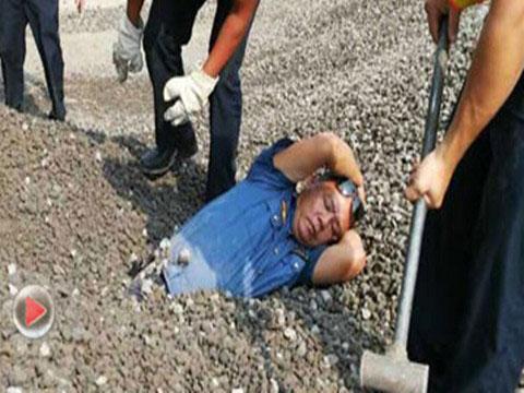 超限货车强行卸货 路政人员半身被埋石堆