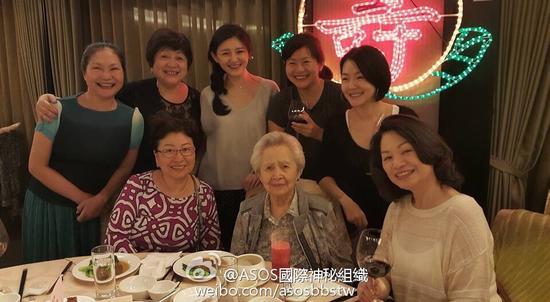 大小S为曾外祖母庆祝95岁生日 一家人温馨