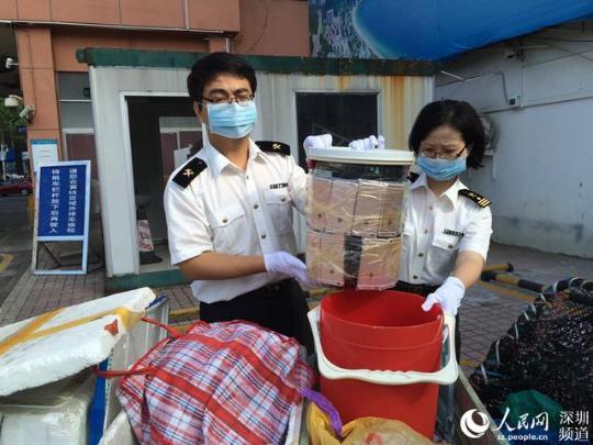深圳女子卖菜 用水桶台秤夹藏49部iPhone(图)