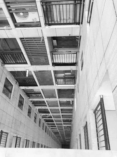 """小偷爬管道行窃34楼住户 自拍秀""""能耐""""成证据"""