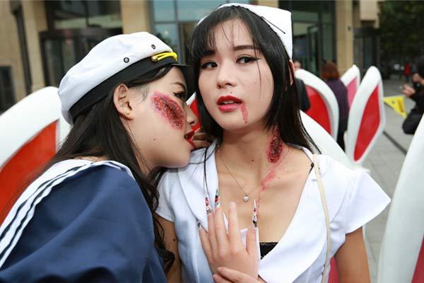 """万圣节大波""""女鬼""""袭杭州 性感血护士街头吓人"""