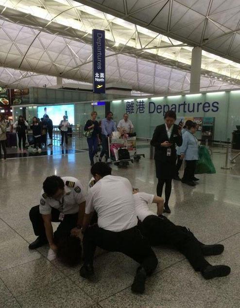 内地女子强闯香港机场打伤3名安检员被捕(图)