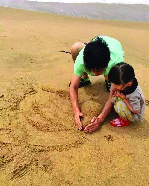 上海80后父亲卖房买房车 带2岁女儿环游世界