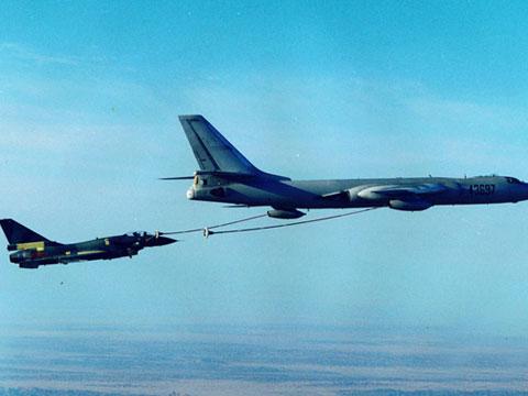 两架歼10战机同时空中加油惊险画面公开