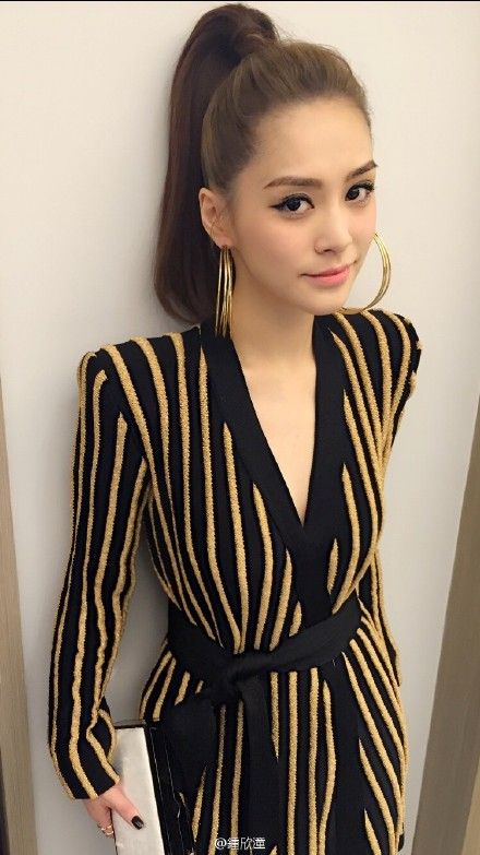 钟欣潼穿金色条纹长裙美艳妆容精致身材苗条