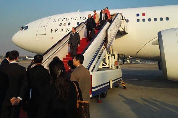 法国总统奥朗德乘专机抵达北京首都国际机场