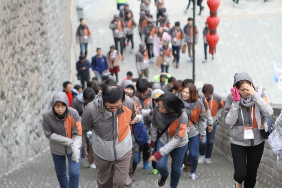 韩国青年代表团参观西安古城墙 学习太极拳