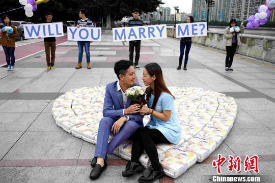 小伙用4500片纸尿裤摆心形向女友求婚(图)