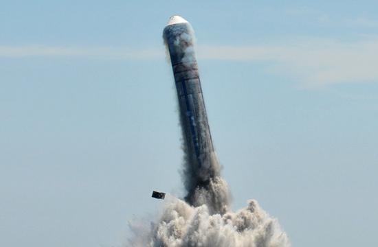 解放军潜射导弹出水瞬间画面