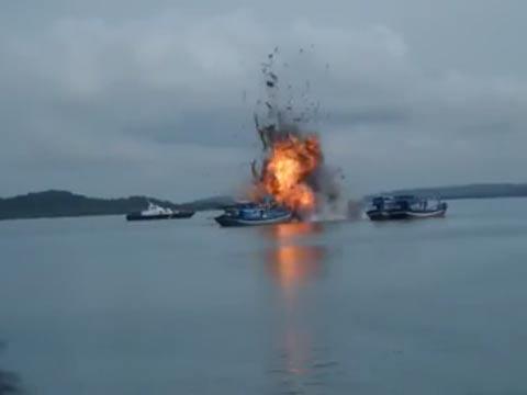 实拍印尼海军炸沉6艘越南渔船 瞬间灰飞烟灭