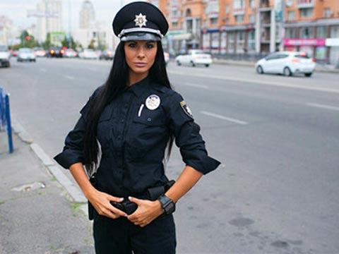 乌克兰美女警察走红网络 外表靓丽身材火辣