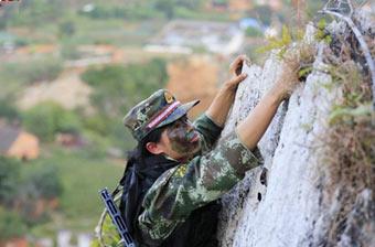 特战女兵徒手攀爬40米悬崖