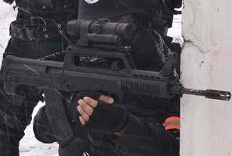 特警95步枪加装270°旋转瞄准镜变拐弯枪(图)