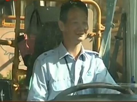 深圳:司机为救癫痫乘客 双手被咬血淋淋