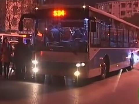南京:两公交司机抢道打架  致大桥南路堵车严重