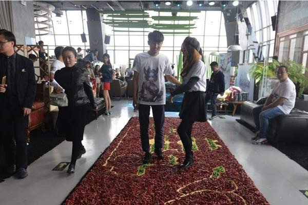 """四川小伙99999只红辣椒铺成""""地毯""""向女友求婚"""