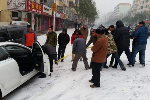 """哈尔滨入冬降雪 推车族发起""""雪难财"""""""